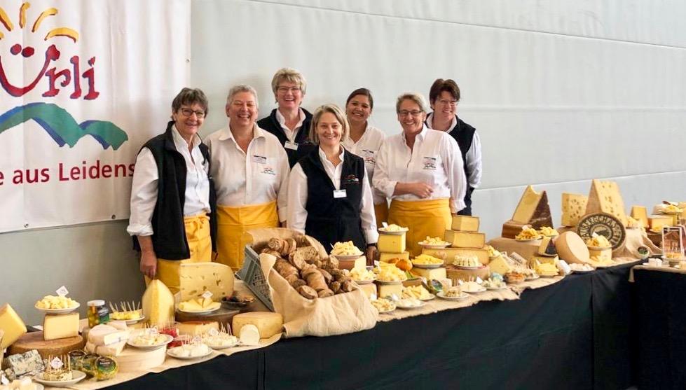 Equipe de eventos e catering em buffet de queijos